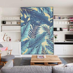 sala con fotomural tropical azul