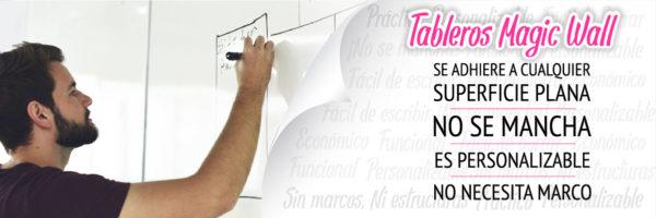 Hombre escribiendo en tablero con marcador borrable