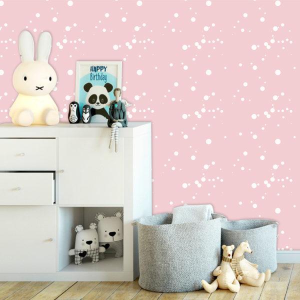 habitación e niña con pared rosada