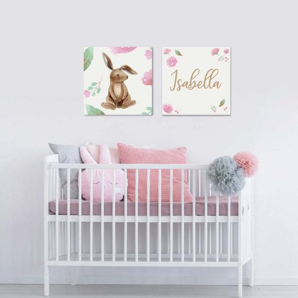 habitación de un bebe decorada con cuadros rosados